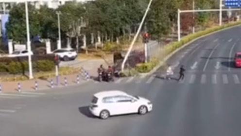 小车飞冲隔离带撞断灯柱再撞2辆电动车!造成1死1伤