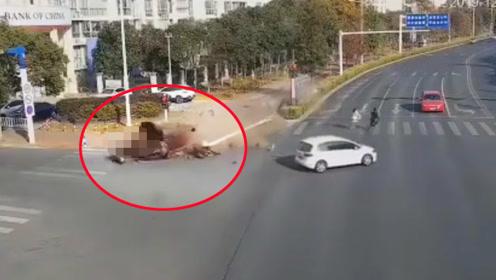小车失控撞倒路灯杆又撞飞2电动车致1死1伤 监拍恐怖一幕