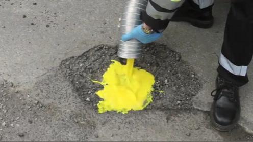 """我们有方便面修桌子,英国有""""鸡蛋液""""修公路,挤进去瞬间凝固!"""