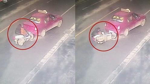 监拍:出租车路中间刹车揽客 遭疾驰摩托车毫不减速猛烈追尾