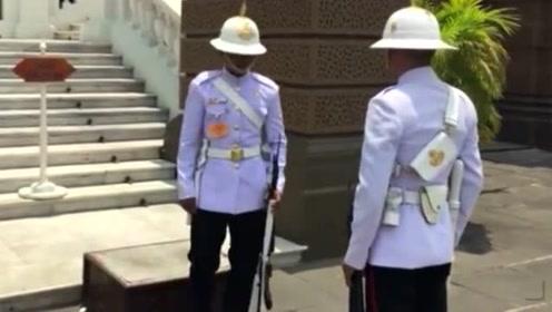 实拍泰国士兵换岗仪式,现场看得人尴尬症都犯了!