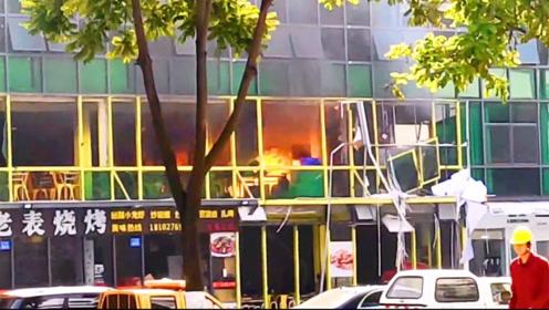 广州一宵夜档发生疑似煤气爆炸 现场不断的爆炸声吓坏路人