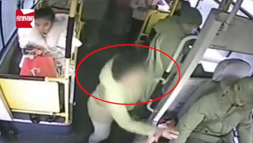 女子坐过站2次疯抢公交车方向盘,被拦后又与乘客相互厮打