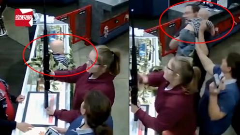 婴儿从1米高柜台头朝下跌落,店经理神反应:一个健步接住孩子