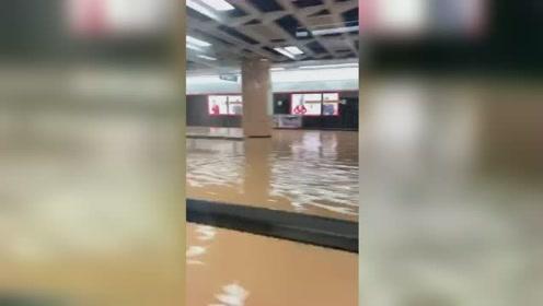 """惊!厦门路面陷落地铁站进水,实拍地铁""""水中穿梭""""画面"""