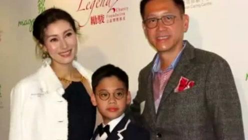 李嘉欣一家三口同台8岁儿子正面曝光,否认4天赚5000万片酬