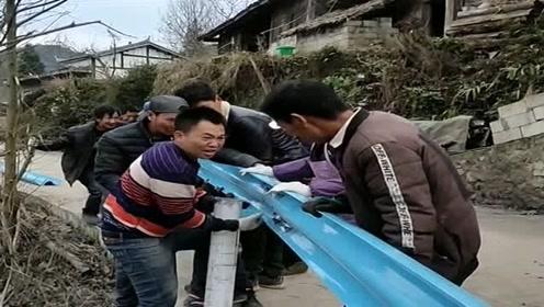 进村帮村民安装护拦,大伙很高兴,非要叫上二十几个人来帮忙!