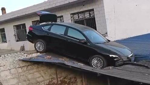 村长的儿子回来相亲,结果一时激动把车开到了房顶上,尴尬啊!