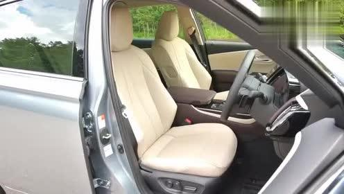 2020款丰田皇冠CROWN到货,美女开车上路那刻太帅了。