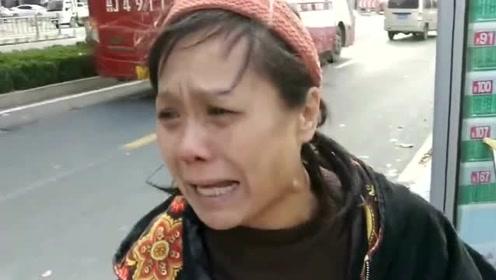看病救命钱被大风刮跑,好心路人纷纷帮捡如数归还,阿姨感动地泪流满面!