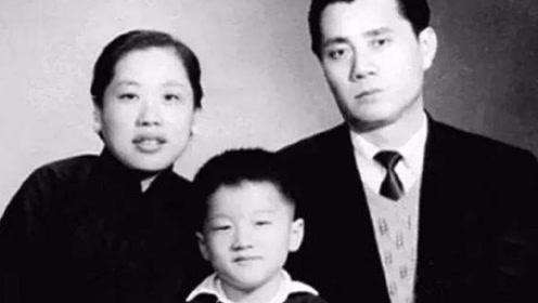 他曾是戴笠的手下,任务失败被开除,流亡香港生了个儿子享誉全球