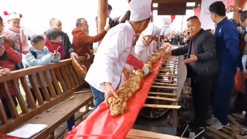 巴中南江现一条12米长大酥肉 10多人合力才能抬起