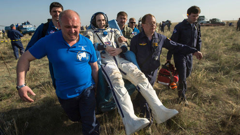 宇航员返回地球后,为啥一直坐在椅子上?看完明白后果有多严重了