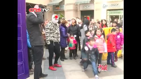 武汉数百人闹市街头睡觉 上演各种奇葩睡姿