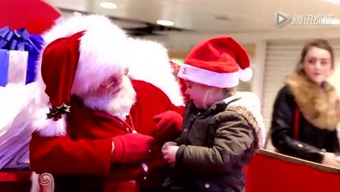 圣诞老人用手语与失聪女童交流 场面温馨