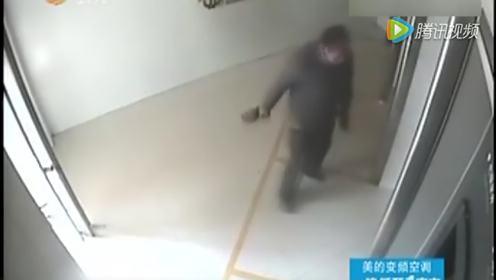 监拍男子嫉妒他人大把取钱 疯狂跳起砸碎ATM机