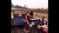 城里姑娘下农村,看到拖拉机,非得摇摇试试,还真启动了 - 腾讯视频