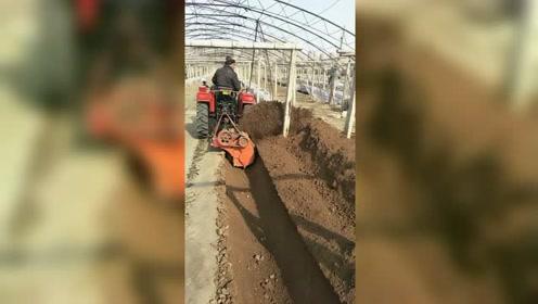 农民自主研发小型开沟培土机械,这深度和效率媲美机器人