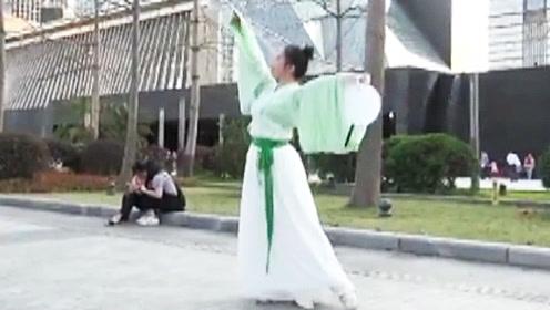 汉服美女深圳街头跳古典舞 看呆小伙和大叔