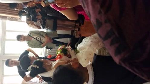 实拍:农村小伙座豪车接新娘,新娘长的真水灵