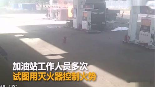 两货车相撞冲进加油站旁起火 火中爬出2人
