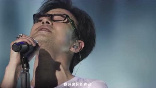 汪峰鸟巢演唱会最感人一幕:现场肃静,他唱起了这首给父亲的歌