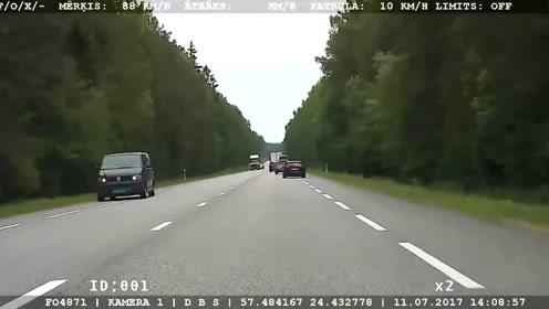 警察拔枪了!宝马超速狂飙被警察逮捕
