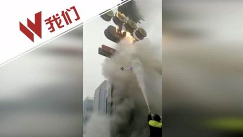 公交司机见广告牌起火一顿猛喷 白烟中钻出来两名工人