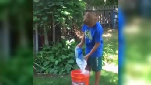 冰桶挑战失败,给冰桶压翻了身体