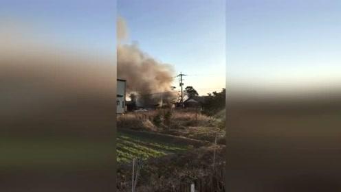 日本自卫队直升机在一学校附近坠毁 现场冒出滚滚浓烟