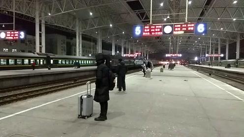 每到春节过年时便是游子归乡时,火车启动了一路顺风