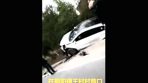 两辆车发生猛烈撞击 车被撞进路边坑中