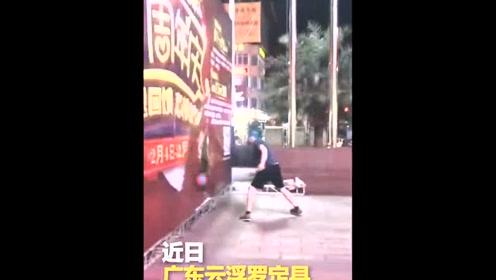外国男子用篮球砸海报 被阻止出言不逊