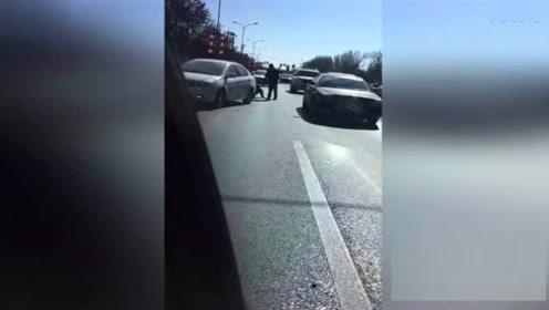 出租车被别按喇叭惹怒私家车 的哥惨遭拳打脚踢