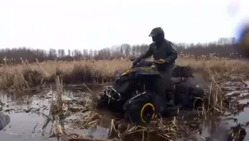 太刺激!沙滩车在淤泥里驰骋,人、泥土与车混为一体