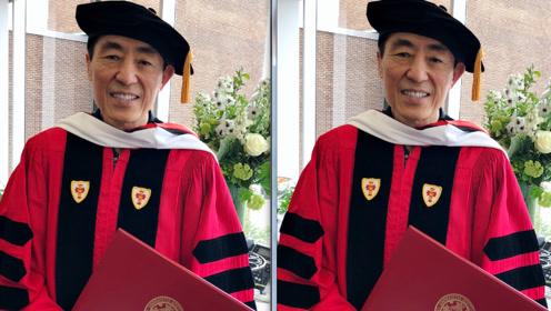 毕业了!张艺谋获波士顿大学博士学位 手拿毕业证喜笑颜开