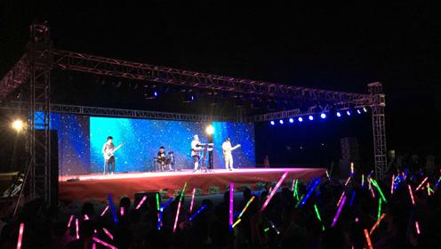 千人合唱《夜空中最亮的星》,这个初中的毕业晚会让人震撼且感动!