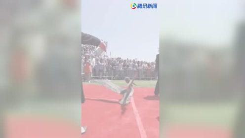 一只鹈鹕空降大学毕业典礼:我也是有梦想的小小鸟