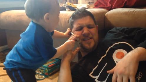 爸爸只顾着打电话无视孩子,宝宝只好硬抢,小模样太可爱了