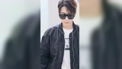陈学冬一身黑装现身机场,网友直呼:真是帅到没朋友