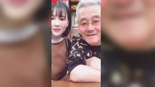赵本山与女儿同时出境用手势跳舞,真是老了许多!