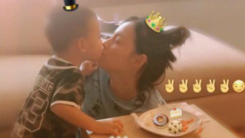 张嘉倪晒照为大儿子庆两岁生日,母子俩嘟嘴亲亲超有爱