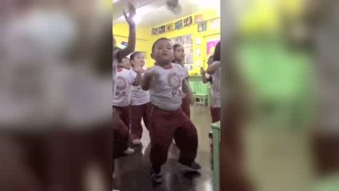 教室里音乐一响,就知道老师选他站中间的原因了!