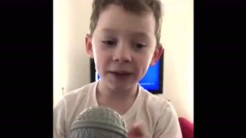 国民表情包假笑男孩唱歌了!不是一般的可爱