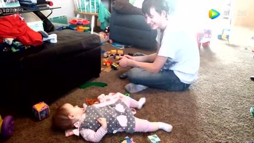 10个月小萝莉躺在地上跟哥哥婴语聊天,你一句我一句,太可爱了