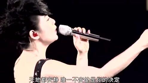 刘若英太适合唱情歌了,一首《当爱在靠近》实在太有味道