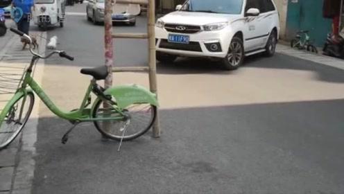 电缆拉过道路距离较远不堪重负 梯子支撑自行车充当警示标志