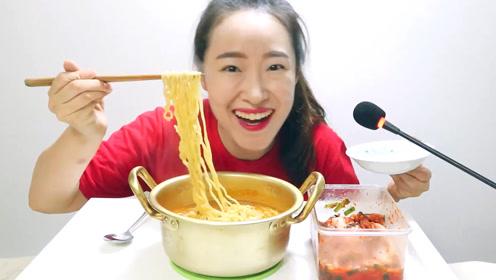 韩国女吃货,吃一锅方便面,配上辣白菜,看看这吃相,吃得真过瘾
