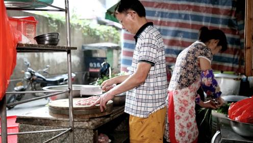 农村父子卖小吃50年,一碗7块,日卖400碗,县城一半人吃过,火爆