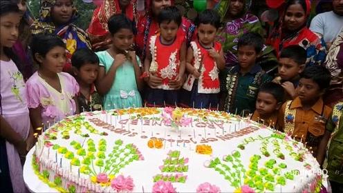 印度农村小伙,用70个鸡蛋做成蛋糕,分给村民吃,场面好欢乐